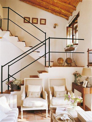 Una casa con pocos metros y tres pisos - Salones con escaleras ...