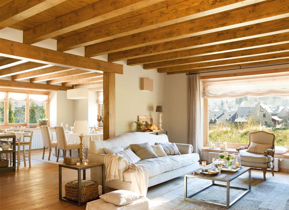 una casa en los pirineos con techos abuhardillados madera
