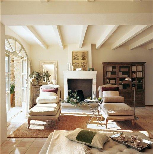 Una sala de estar r stica y afrancesada - El mercader de venecia muebles outlet ...