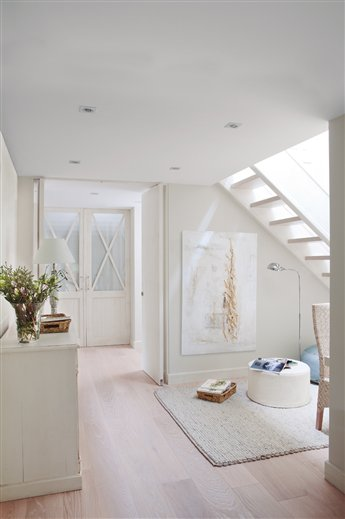 El blanco protagonista de una casa de dos plantas for Escaleras con medio bano bajo