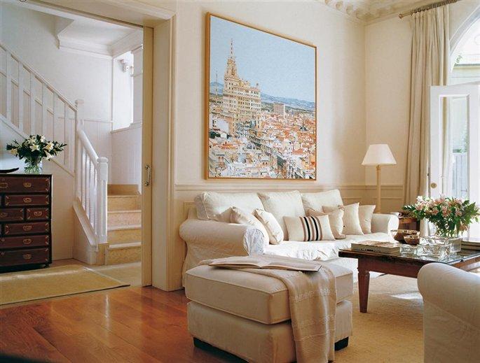 La sala de estar blanca de una pintora - Cuadros en salones ...