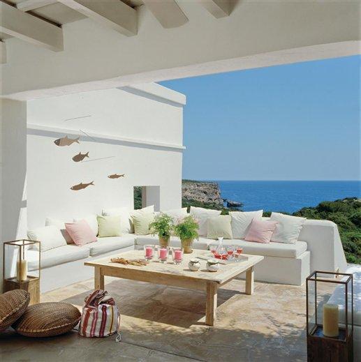 Porche en blanco con vistas al mar menorqu n for Sofa exterior de obra