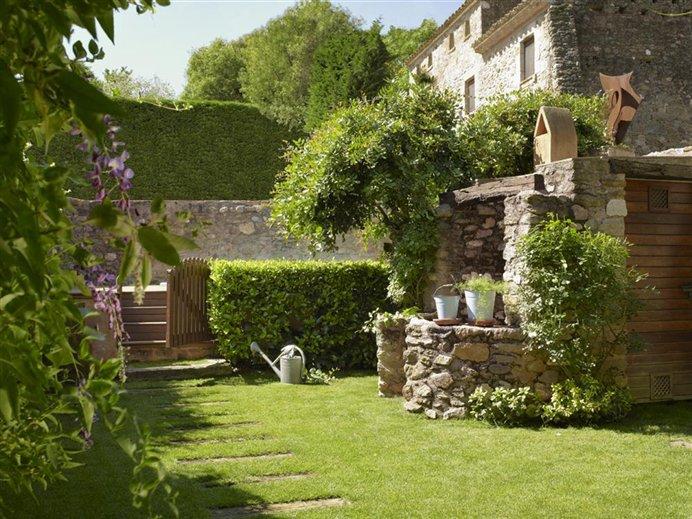 El jard n de una casa de pueblo rehabilitada - Casas para jardin ...