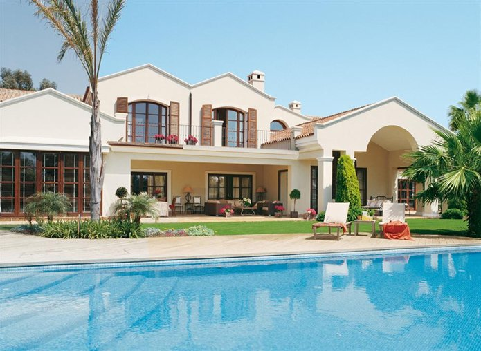 Un para so gaditano para disfrutar del sol for Casas con piscina y jardin