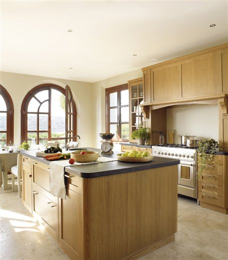Un cortijo lleno de ventanales para disfrutar - Cocina con isla central ...