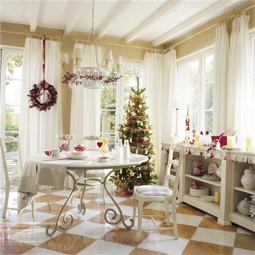Una casa de navidad con reflejos dorados for Casa de navidad cocina con sara