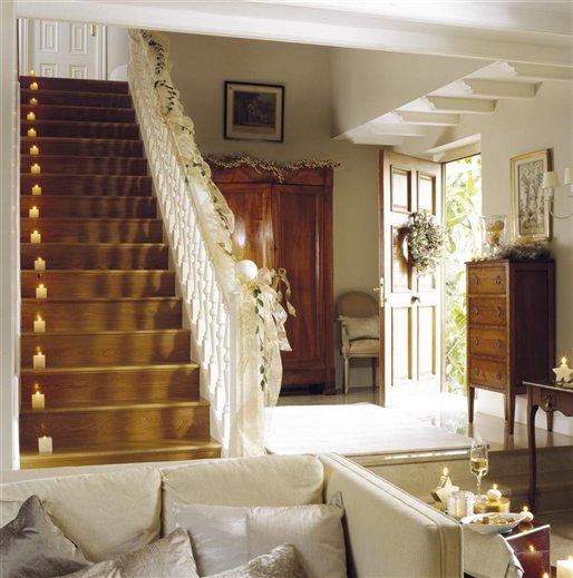 Una casa de navidad con reflejos dorados - Escaleras decoradas en navidad ...