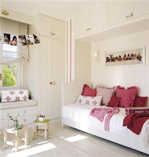dormitorio infantil, cama y ventana. Base blanca, detalles rojos
