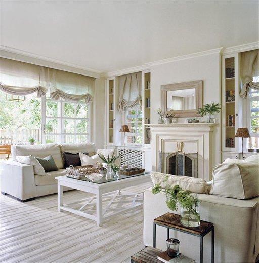 salón, chimenea y exterior. Salón en blanco clásico