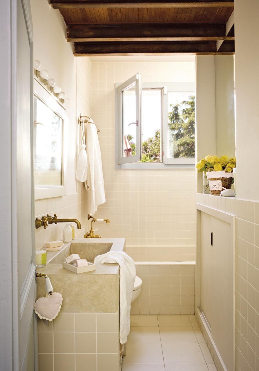 Pavimentos y revestimientos con los que ampliar el baño visualmente