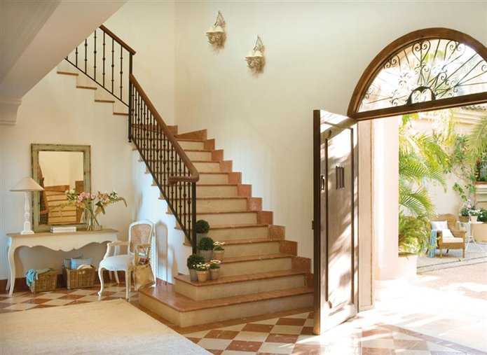 Gu a infalible para decorar el recibidor for Decorar subida de escalera