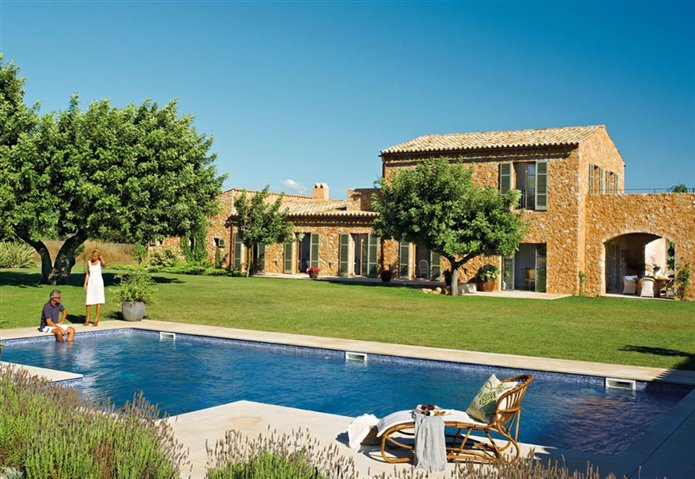 Country house in spain inspiring interiors - Casas con jardines bonitos ...