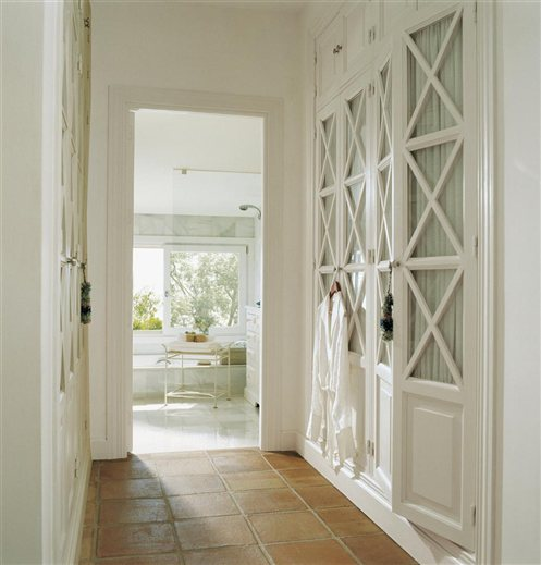 Ideas para decorar un pasillo alargado - Decorar puertas de armario ...
