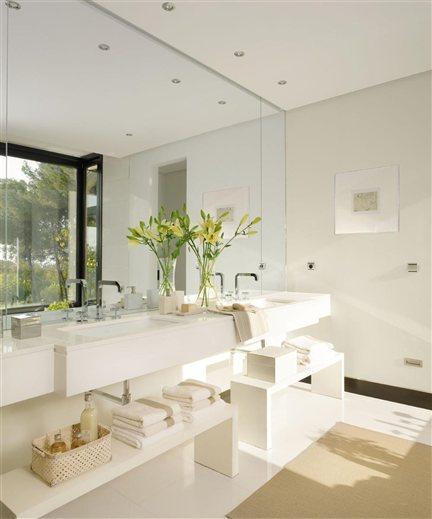 Un ba o de tonalidades contrastadas for Fotos de cuartos de bano de marmol