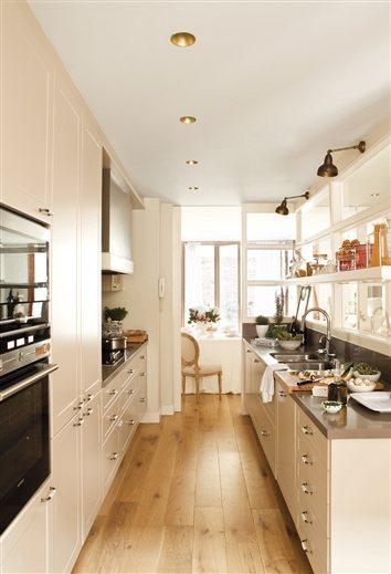 Un d plex con patio muy particular for Cocinas largas y estrechas