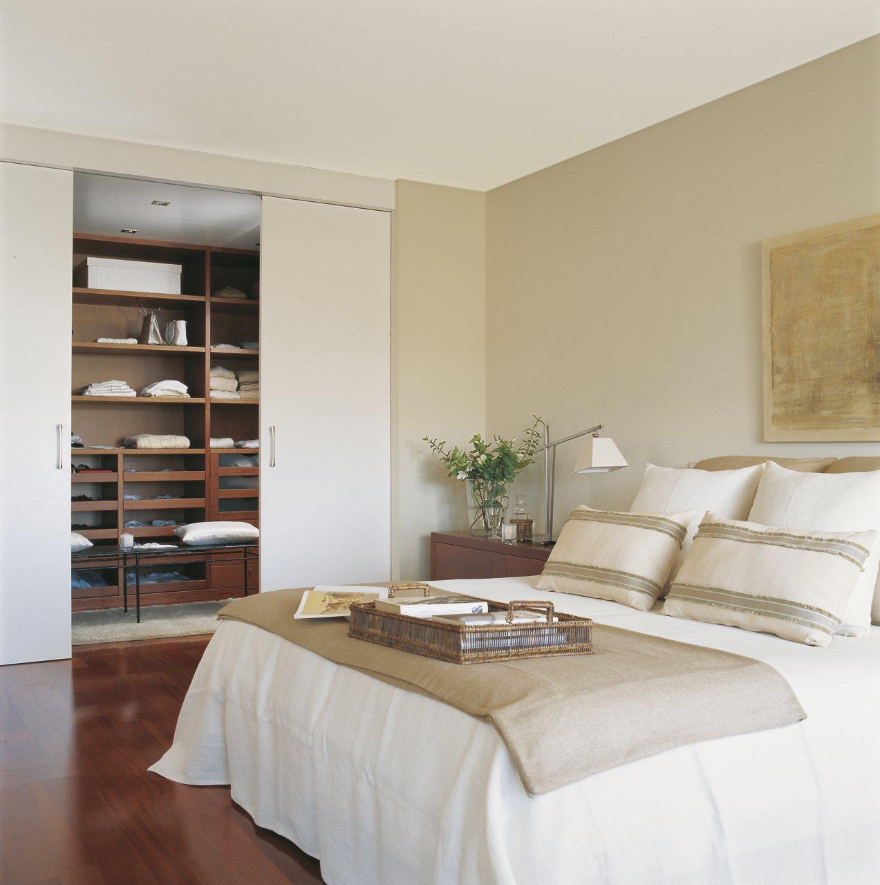 Gana un peque o vestidor for Puertas para dormitorios