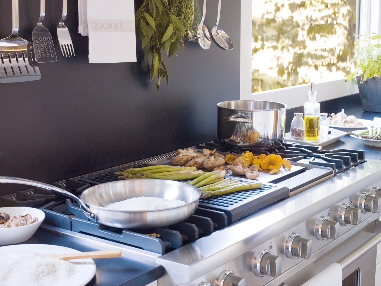 una cocina con office mucho orden y planchador