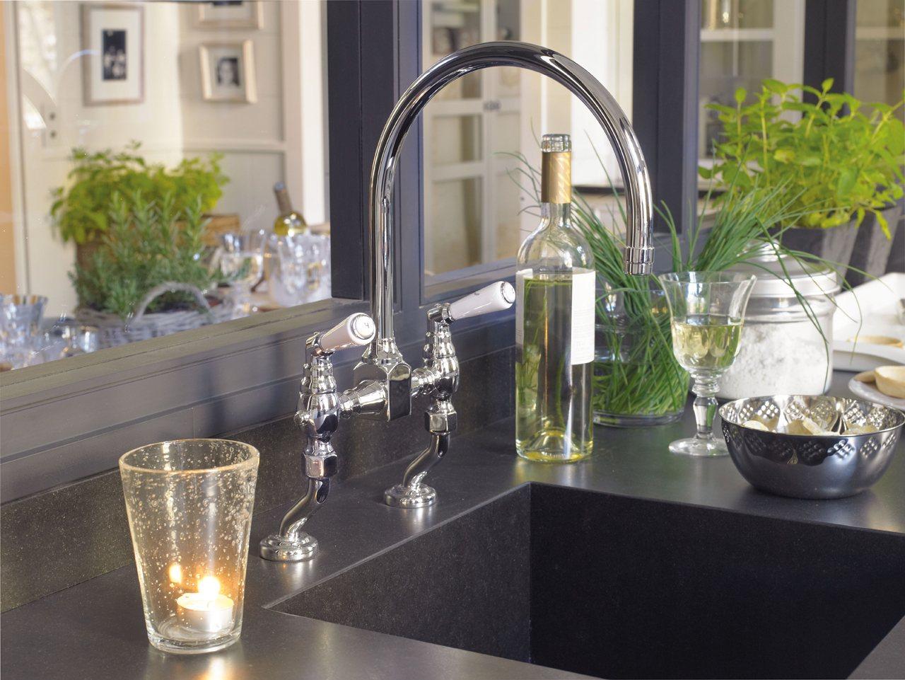 Una cocina con office mucho orden y planchador - Fregadero de granito ...