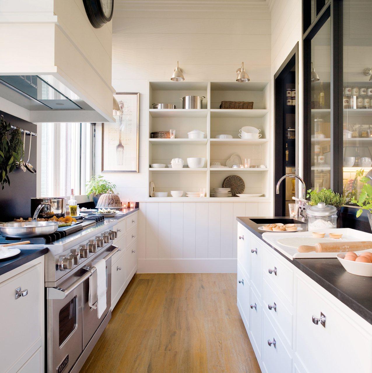 Una cocina con office mucho orden y planchador for El mueble cocinas