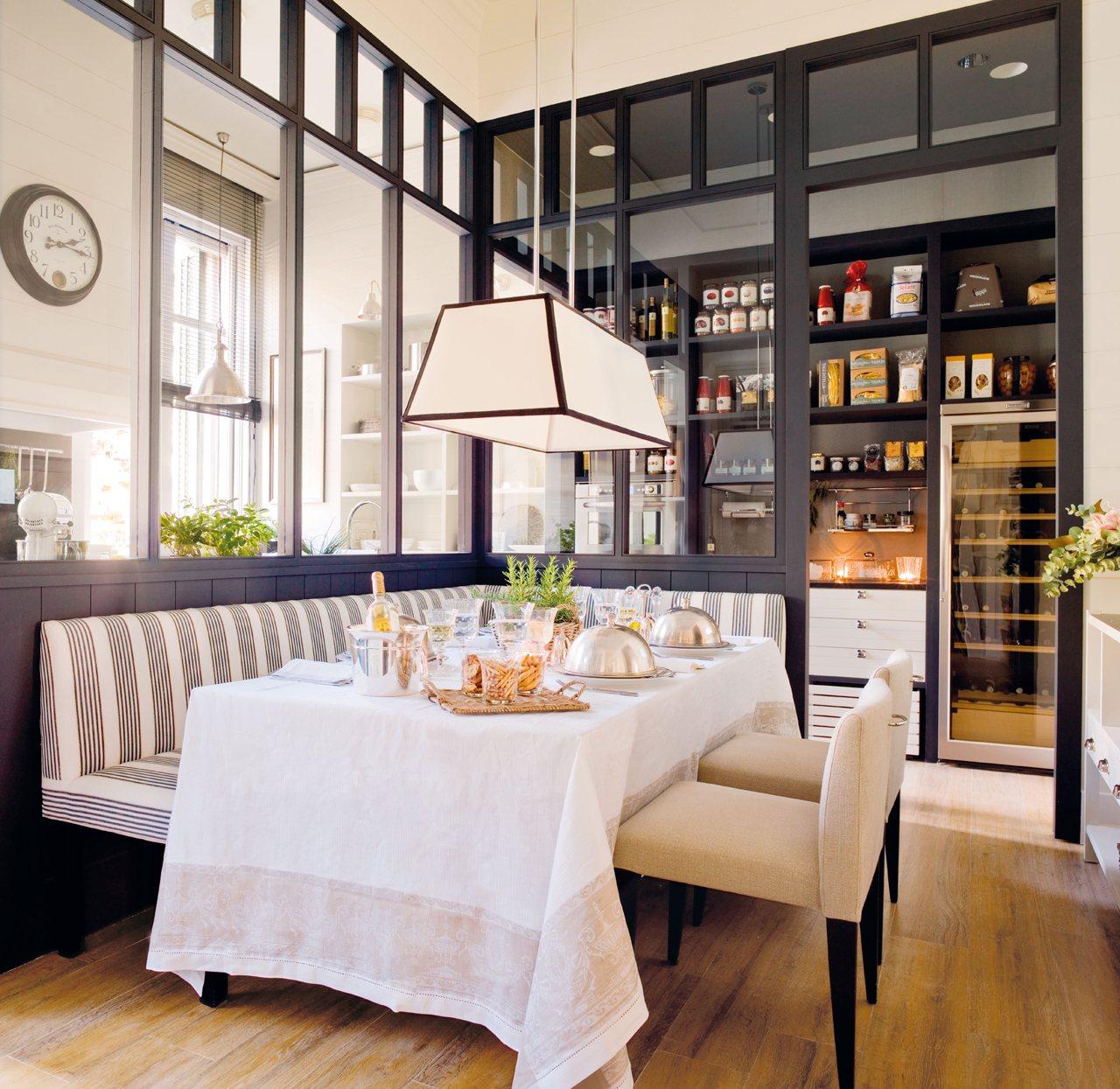 Una Cocina Con Office, Mucho Orden Y Planchador