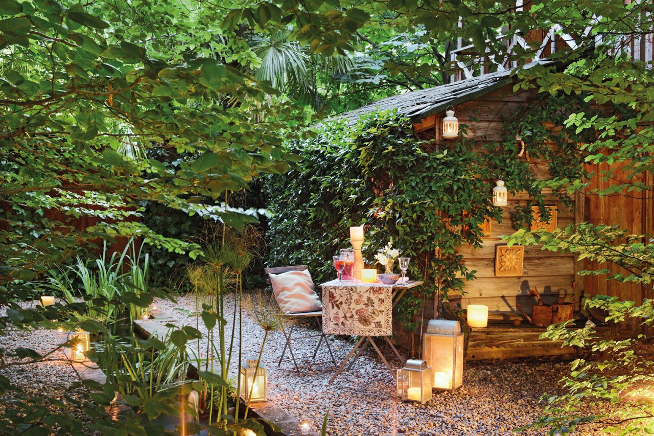 Un jard n con muchas plantas de d a y de noche for Caseta jardin ikea