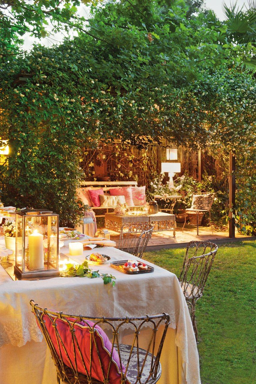 Un Jardin Con Muchas Plantas De Dia Y De Noche