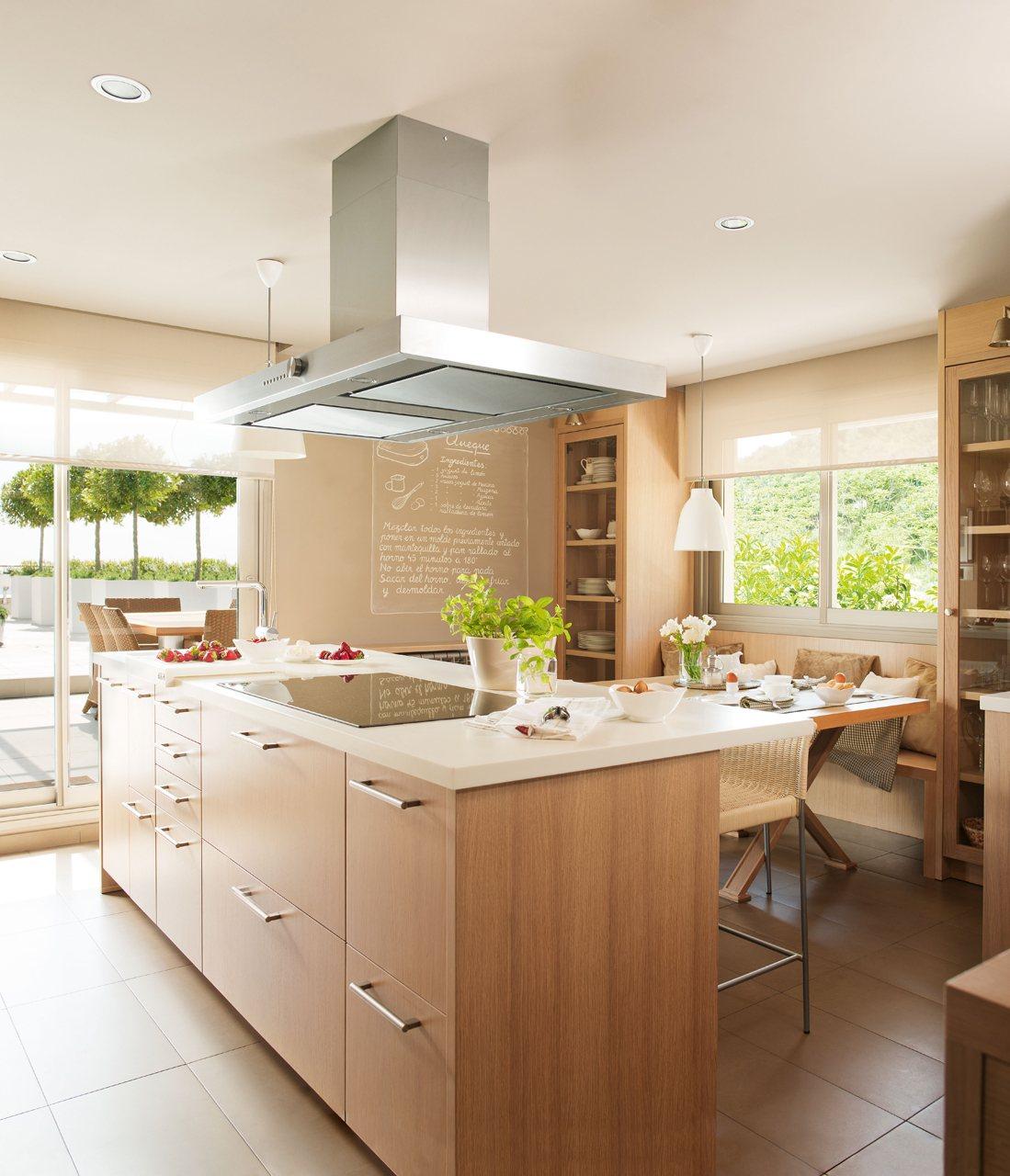 Una cocina c lida y pr ctica para cinco - Cocina encimera madera ...