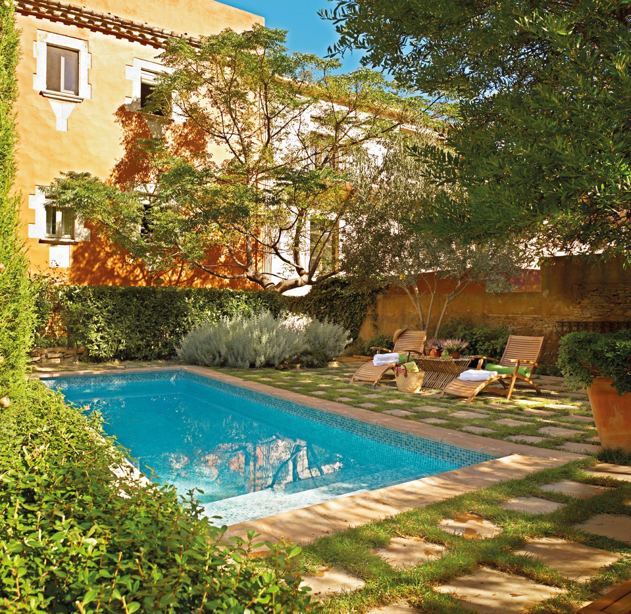 Una casita de pueblo con encanto r stico y un precioso patio for Piscina estructural grande oferta precio