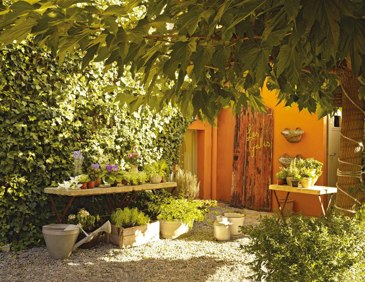 patio con muchas plantas pequeo rincn en el jardn con plantas y flores encima y