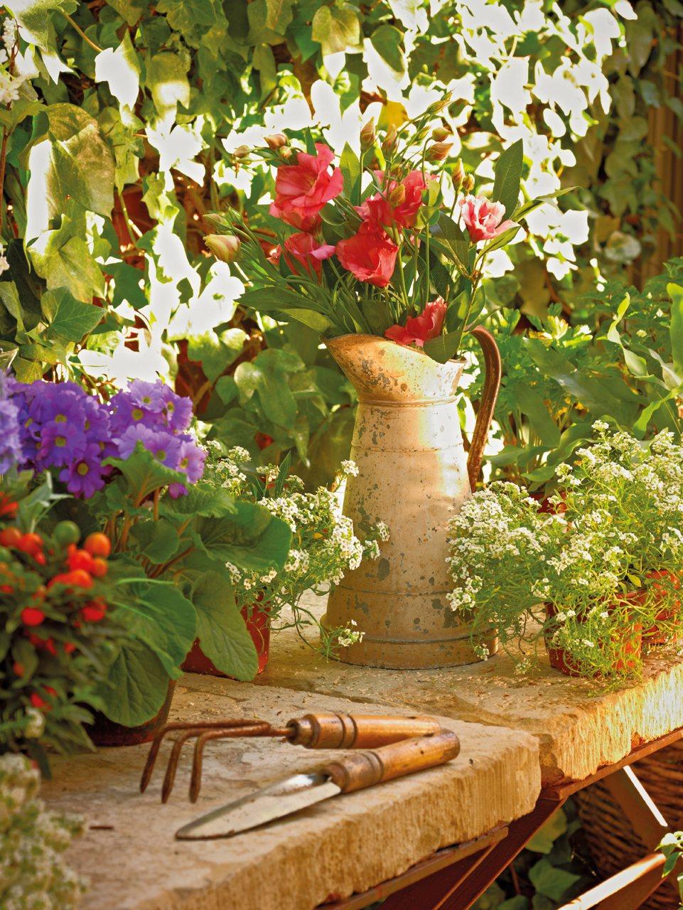 Una casita de pueblo con encanto r stico y un precioso patio for Mesa de jardin de piedra