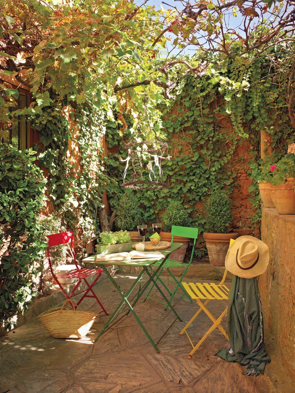Una casita de pueblo con encanto r stico y un precioso patio for Cuadros para el jardin
