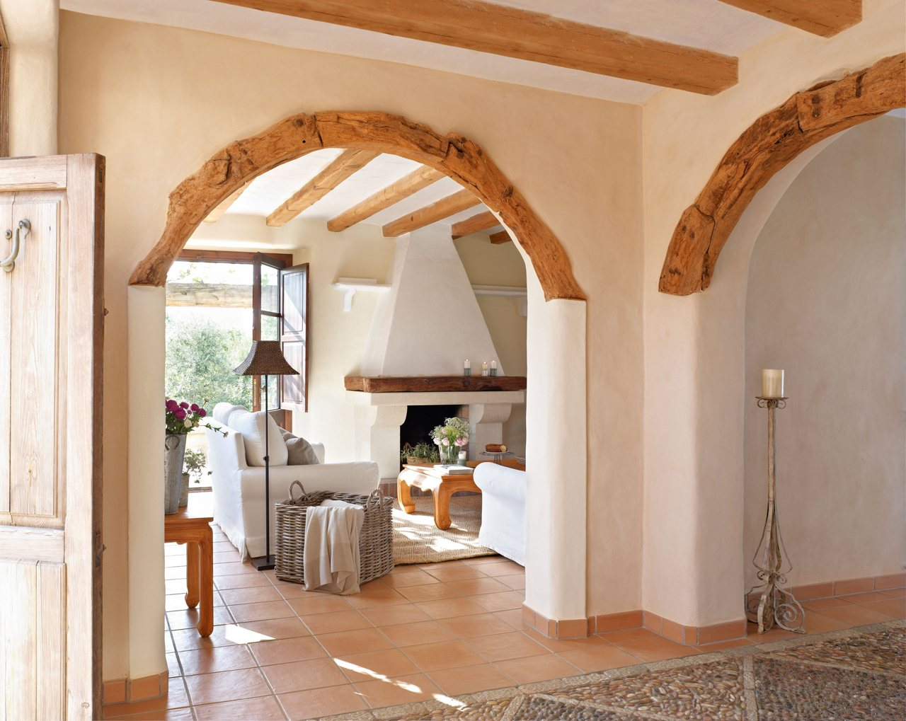 Una casa en mallorca acunada por el mar for Designs of arches in living room