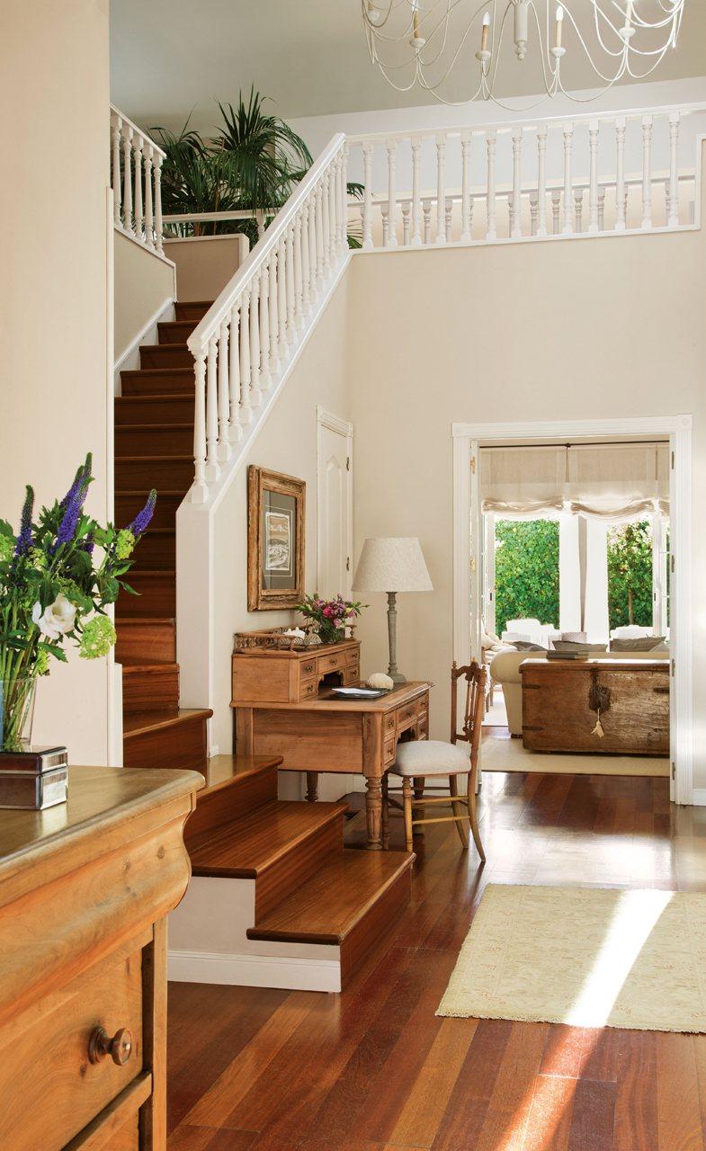 Una casa de madrid con piscina for Escaleras entrada casa