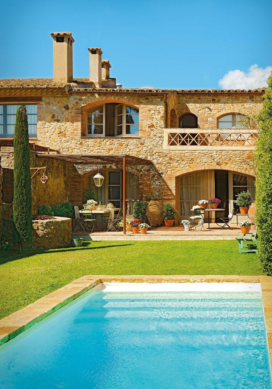 Una impresionante casa r stica del ampurd n for Casas con porche y piscina