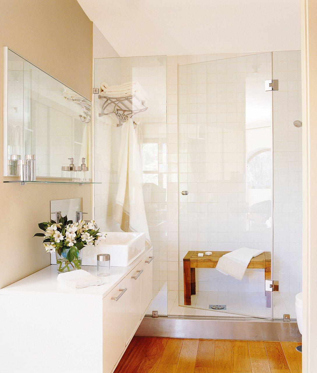 Un ba o muy completo en pocos metros - Banos cuadrados con ducha ...