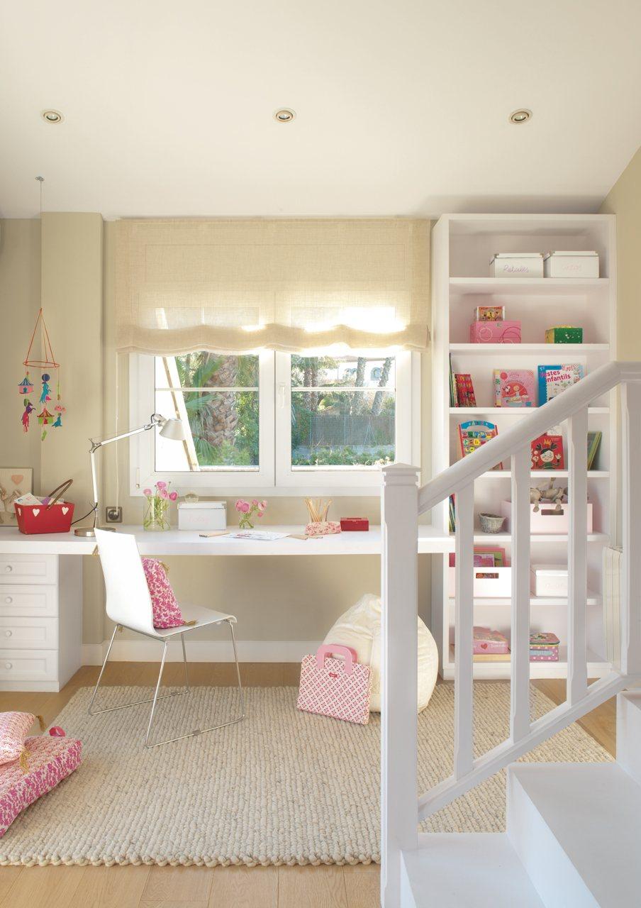 rincn de estudio infantil en beige bajo la ventana con escritorio estanteras y silla en blanco