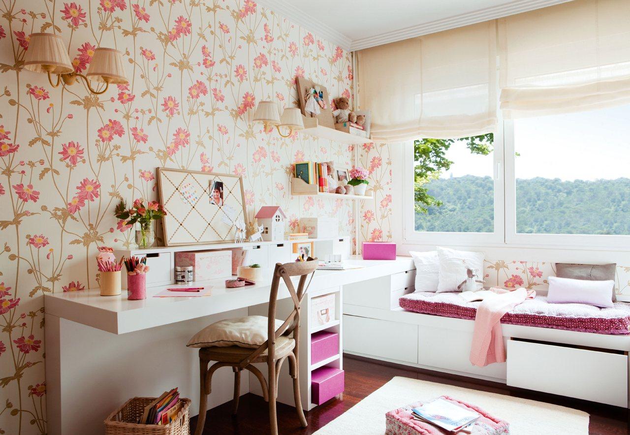 zona de estudio con escritorio y banco bajo la ventana en blanco paredes con papel pintado de flores en rosa