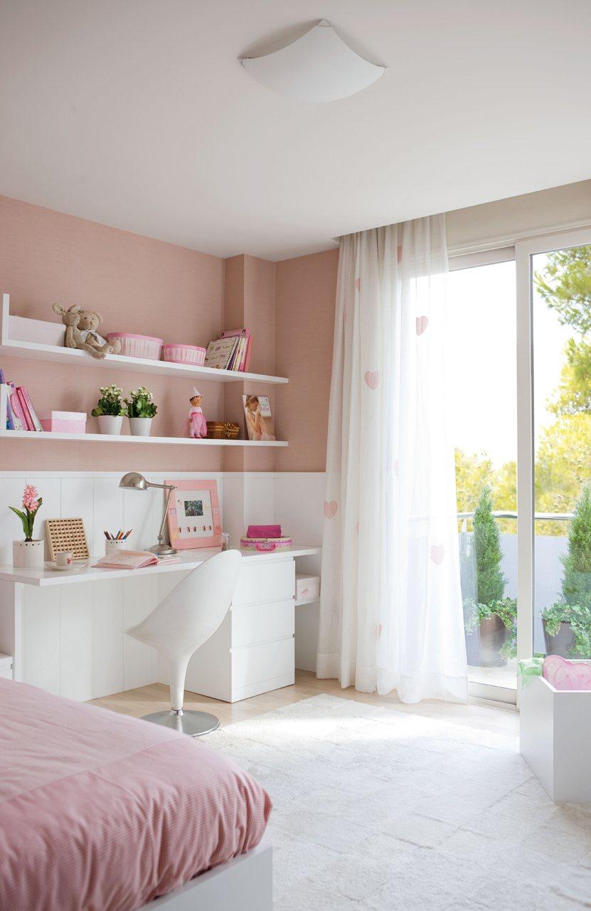 dormitorio infantil rosa con con muebles y arrimadero en blanco