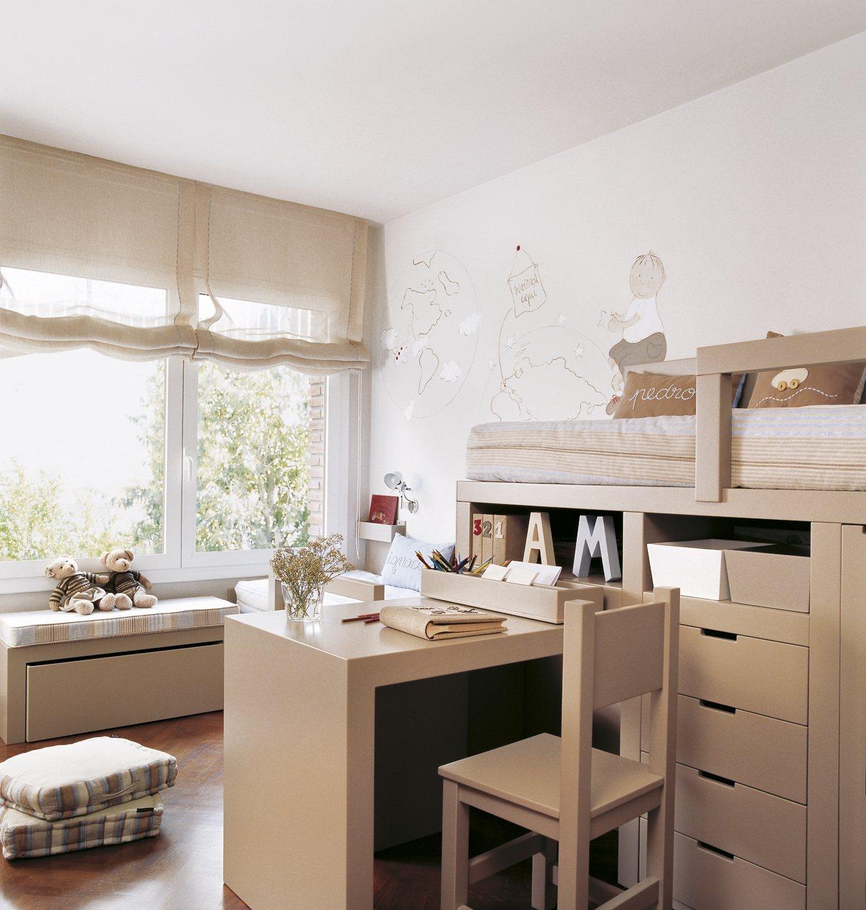 dormitorio infantil en beige y blanco con escritorio unido a la litera