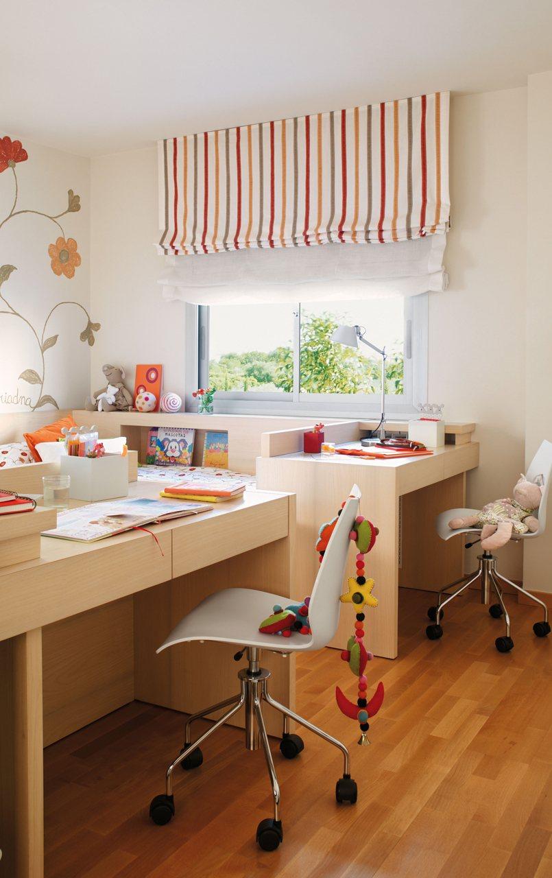 dormitorio infantil con camas y escritorios de madera integrados