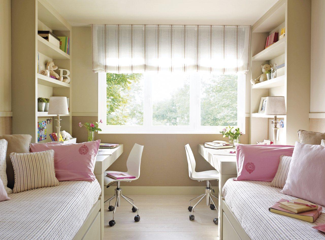 dormitorio dividido en paralelo con dos camas con escritorio y estanteras enfrentados