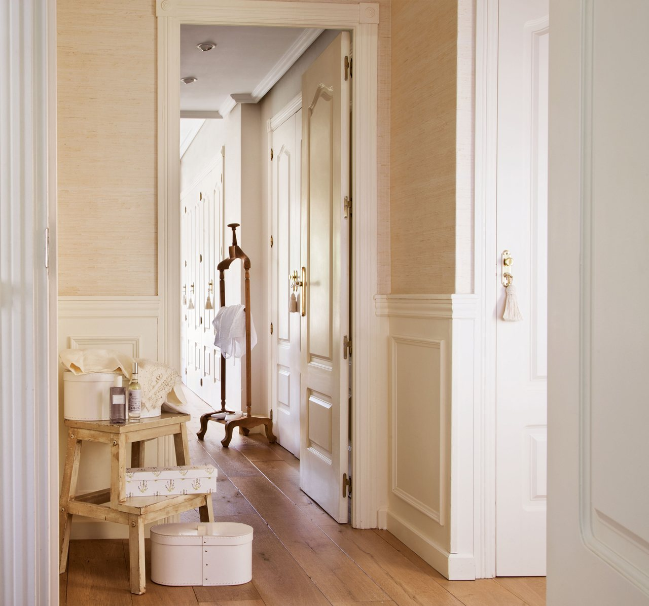 Gana estilo en casa por menos de mil euros - Zocalos de madera altos ...