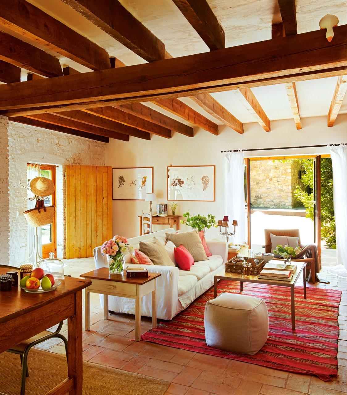 Un granero transformado en una casa rústica