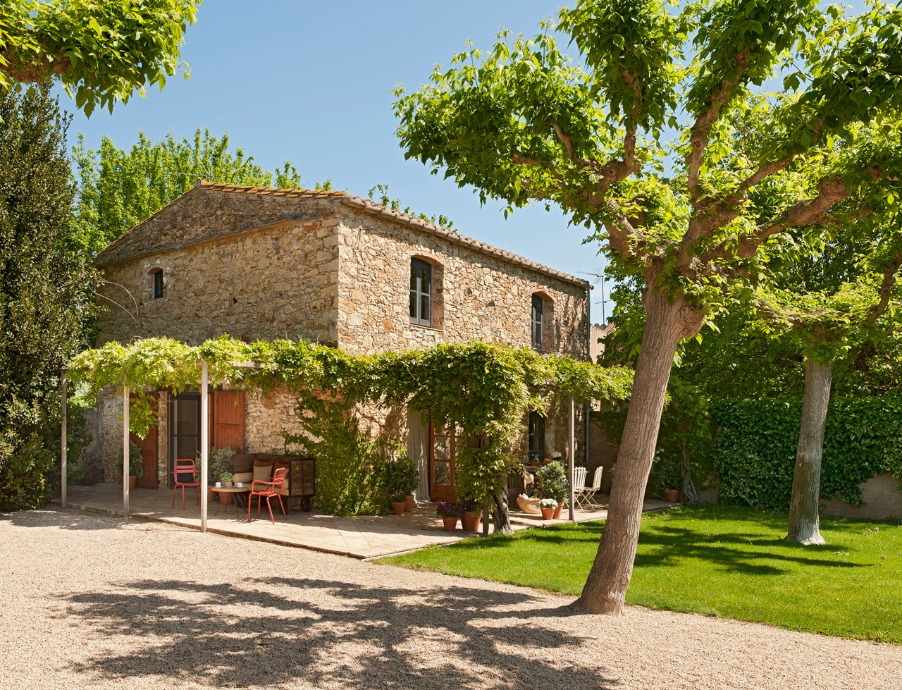 Un granero transformado en una casa r stica - Casas pequenas con porche y jardin ...