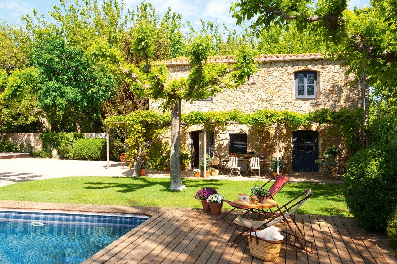 Un granero transformado en una casa r stica for Casas con jardin y piscina