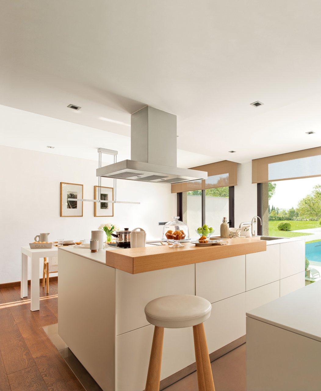 Una cocina funcional y muy ordenada for Cocina comedor con isla