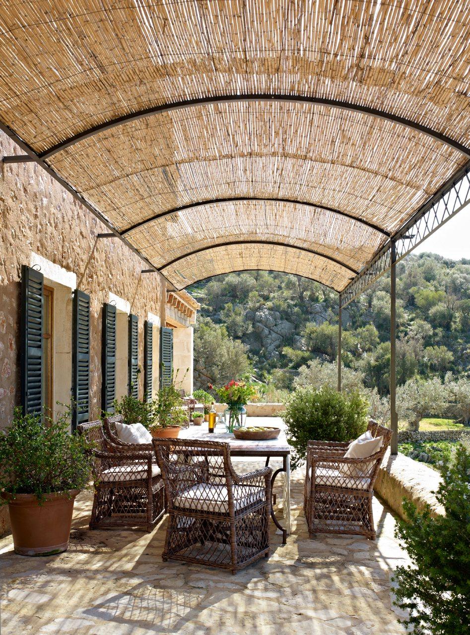 Casa rústica con paredes de piedra y porche con techo de madera