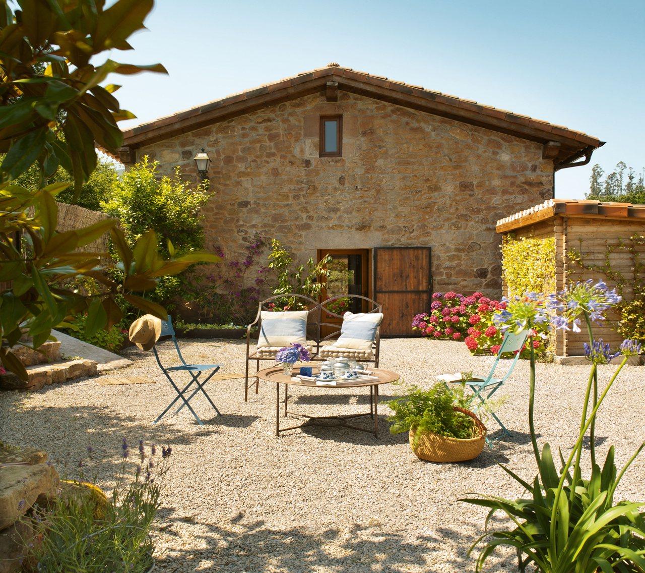 Antes una cuadra hoy una vivienda familiar en cantabria - Patios de casas rusticas ...