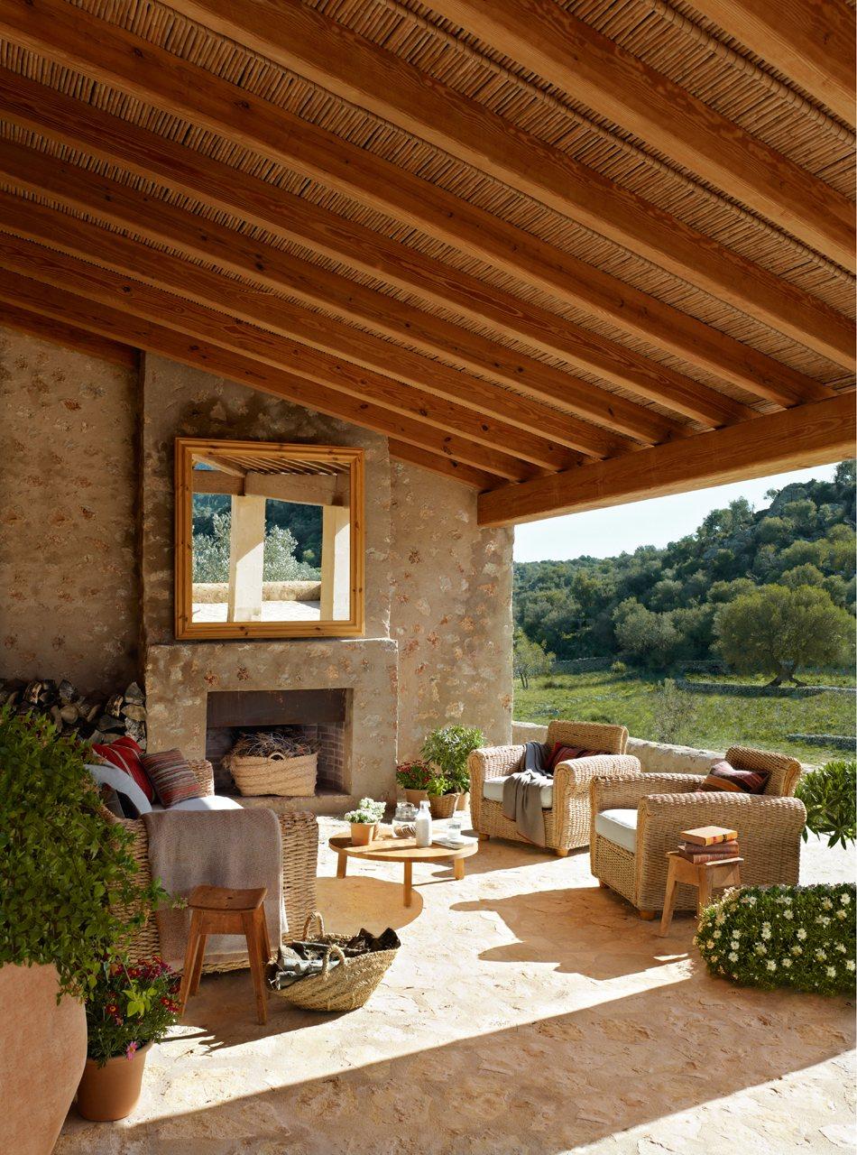 Casa r stica con paredes de piedra y porche con techo de - Terrazas de madera rusticas ...