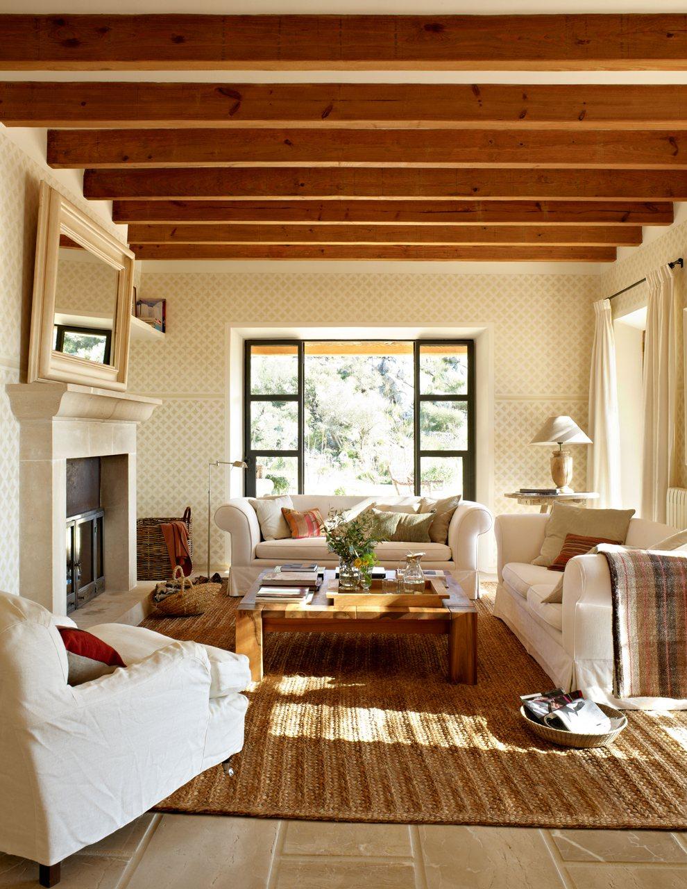 Casa r stica con paredes de piedra y porche con techo de madera - Cojines gigantes para el suelo ...